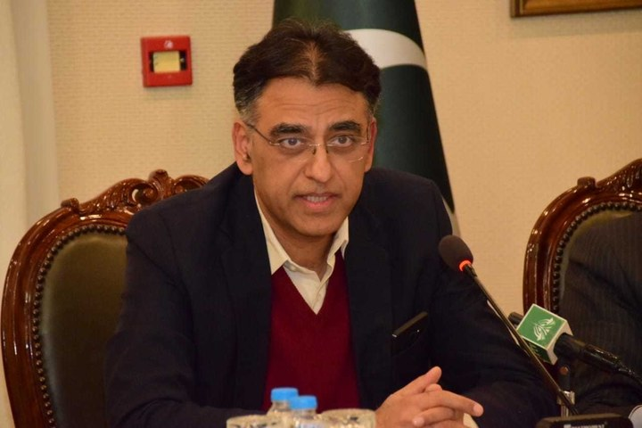 Pakistan registers 300,000 health workers for COVID-19 vaccination, says Umar