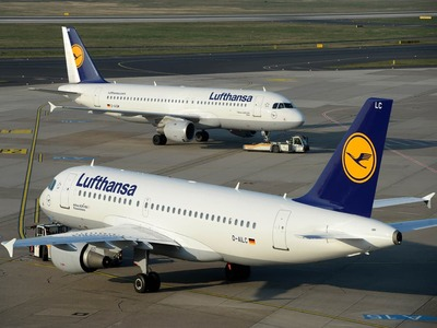 Lufthansa shares down on bailout standoff with shareholder