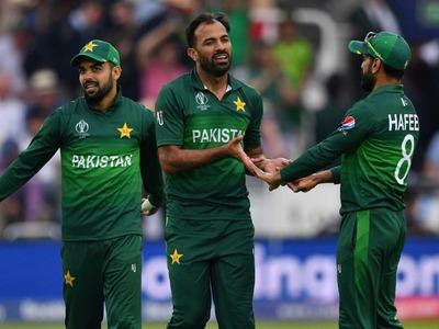 Six Pakistan players arrive in England