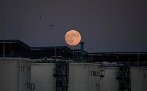 Oil eases as coronavirus fears offset gasoline recovery signs