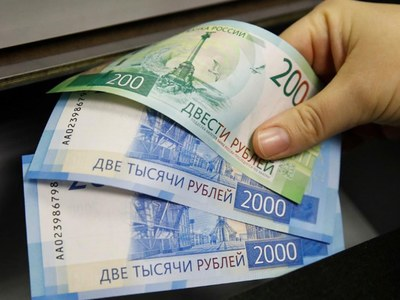 Rouble edges up on higher oil prices