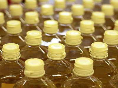 Palm oil tracks soyoil fall, wet weather stokes supply concerns