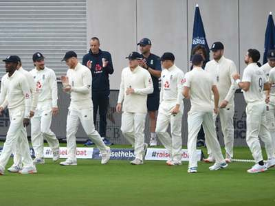 Pakistan, England teams pay tribute to Covid-19 victims