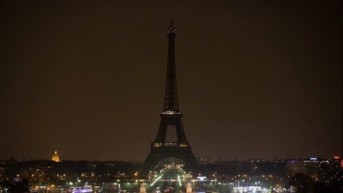 Eiffel Tower goes dark to honor Beirut victims