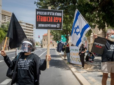 Police guard anti-Netanyahu protesters after veiled threat