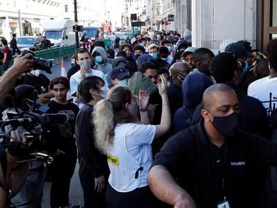 Paris makes masks mandatory as virus toll crosses 722,000