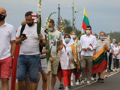 Tens of thousands in Lithuania form human chain for Belarus