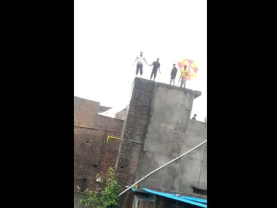 This viral video of man diving from his roof is not from Karachi