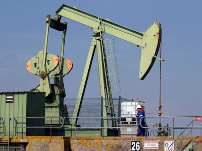 Oil edges up to $42, eyeing Libya and US inventories
