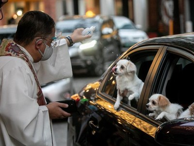 Pandemic prompts drive-through pet blessing in Philippines