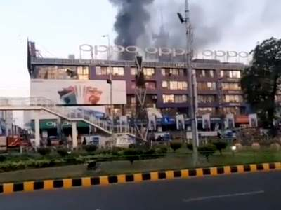 Massive fire breaks out at Hafeez Centre in Lahore
