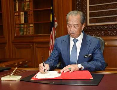 Malaysia's PM faces calls to quit after failed bid for emergency rule