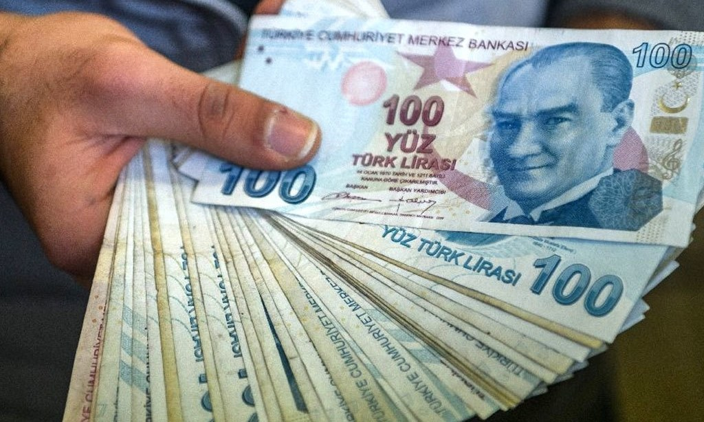 Fitch sees growing risk as Turkish lira hits new low