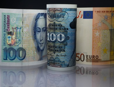 Currencies, stocks ease, shrugging off third-quarter GDP rebound