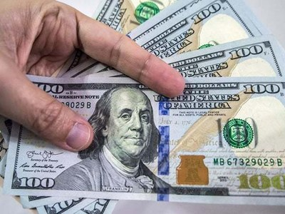 Dollar falls for 5th day as vaccine hopes outweigh spike in COVID cases
