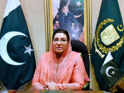 Firdous presents cheque of Rs200,000 to Shaukat Ali