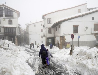 Spain paralysed by snowstorm, sends out vaccine, food convoys