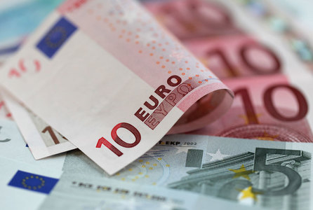 Euro falls to three-week lows in Europe