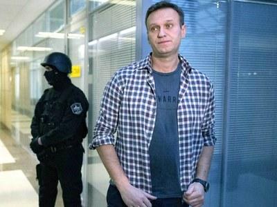 Russia 'blocking return of poisoned Navalny'