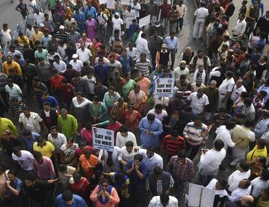 Indian farmers burn legislation in show of defiance
