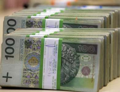 Zloty eases after Polish central bank keeps rates steady
