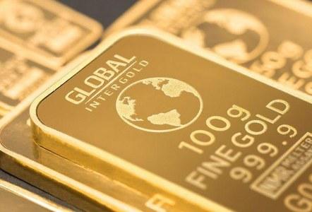 Gold dips as yields rise, but eyes best week in five