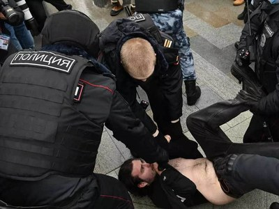 Moscow police detain Navalny supporters at rally