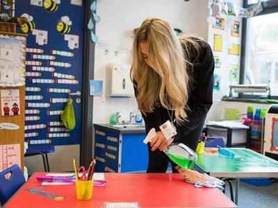 UK govt under pressure over continued schools' closure