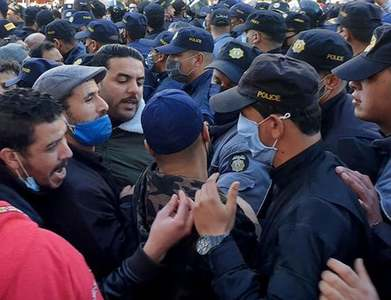 Tunisian protesters gather at parliament