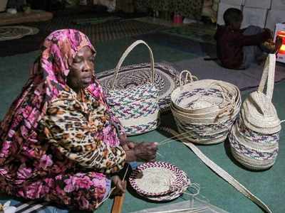 Peace in troubled Libya brings back traditional weavers