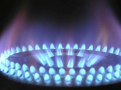 US natural gas falls on milder weather