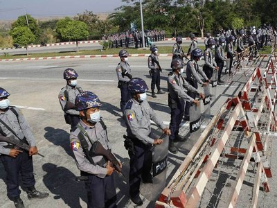 Myanmar police fire water cannon at Naypyidaw protesters