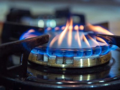US natural gas falls on less cold weather