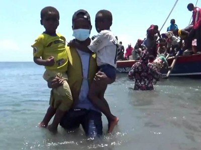 Thousands fleeing besieged Mozambique town by boat