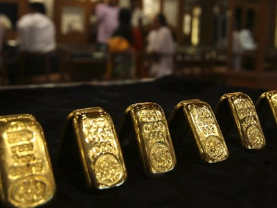 Gold prices fall by Rs450 to Rs104,000 per tola