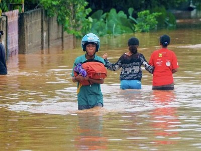 'Suddenly we heard people scream: Flood!' - Horror in Indonesia