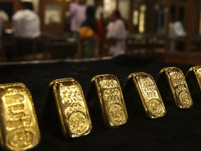 Gold edges lower on swift economic recovery bets