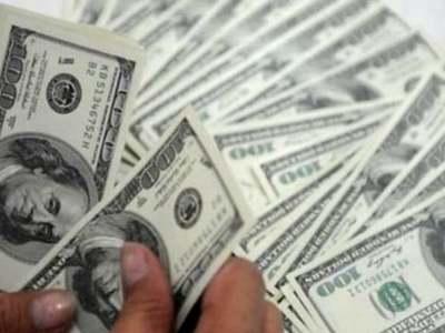 Early trade in New York: Dollar dips slightly
