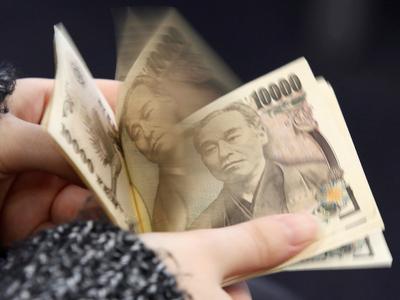 Asian FX bulls return as dollar slips; short bets on Indian rupee spike