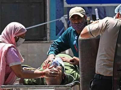 New Delhi extends coronavirus lockdown as India cases hit new record