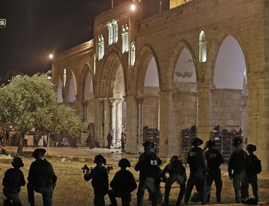 Al-Aqsa mosque stormed, worshippers attacked to empty it