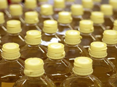 Palm oil falls 1 percent on bearish April supply data
