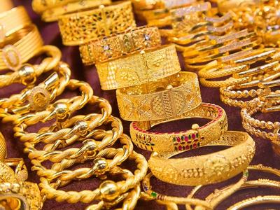 Gold heads for third weekly gain on tepid dollar, inflation worries
