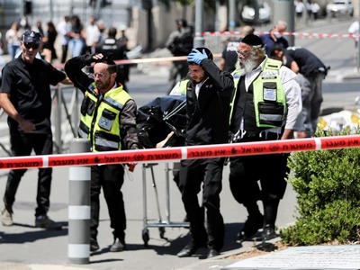 Two Israelis stabbed, Palestinian assailant killed