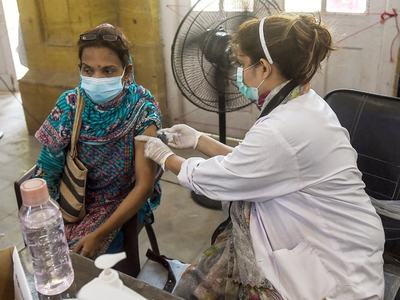 Pakistan vaccinates close to 300k people in a day