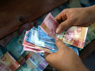 Most Asian currencies weaken on firm dollar, rupiah leads fall