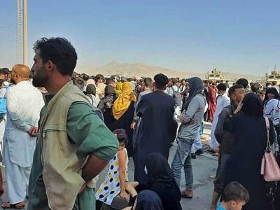 Kabul airlift stumbles as security worsens, bottlenecks hit