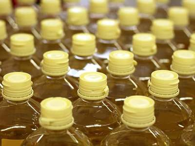 Palm oil falls tracking rival oils, logs 1.5% weekly climb