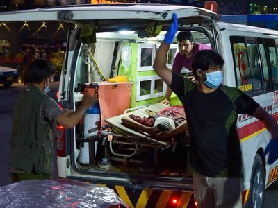 US warns 'credible threats' to Kabul airlift after IS attack