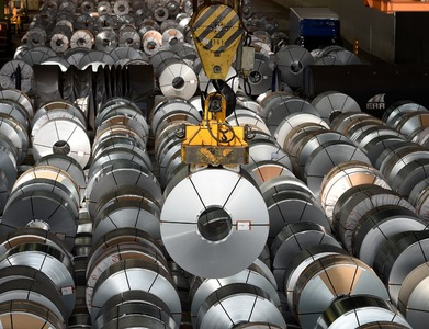 Aluminium edges lower, but clings to 10-year high
